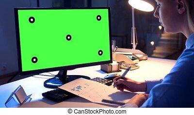 donna d'affari, con, verde, schermo, su, computer