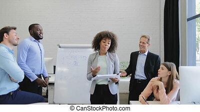 donna d'affari, condurre, presentazione, durante, riunione, in, boardroom, persone affari, gruppo, ascolto, a, relazione, da, collega