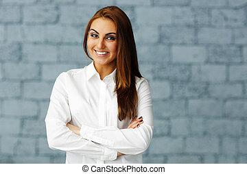 donna d'affari, felice, bracci piegati, fiducioso