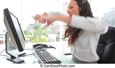 donna d'affari, festeggiare, e, baciare, il, monitor
