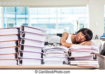 donna d'affari, in pausa, su, il, carte, in, ufficio