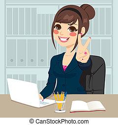 donna d'affari, lavorando ufficio