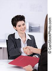 donna d'affari, mani scotendo, candidato, scrivania