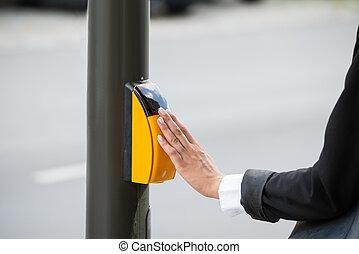donna d'affari, mano, urgente, giallo, attraversamento pedonale, bottone