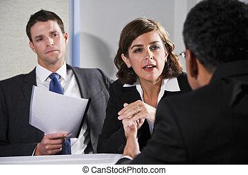 donna d'affari, negoziare, con, uomini