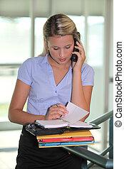 donna d'affari, parlando telefono
