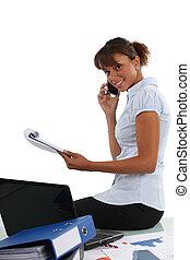 donna d'affari, parlando telefono, in, lei, ufficio