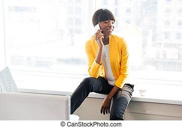 donna d'affari, parlando telefono, in, ufficio