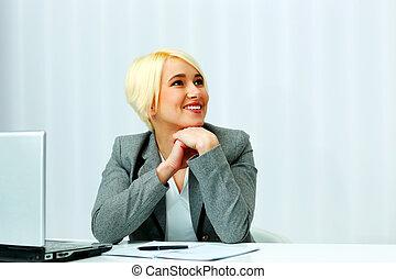 donna d'affari, sedere tavola, su, lei, posto lavoro, e, osservare via, in, ufficio