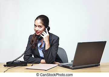 donna d'affari, seduto, a, uno, scrivania, telefono