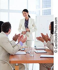 donna d'affari, sorridente, presentazione, asiatico