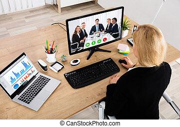 donna d'affari, videoconferenza, su, computer desktop