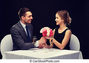 donna, dare, mazzolino, fiore, uomo sorridente