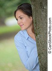donna, dietro, uno, albero