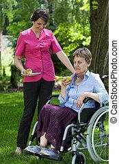donna disabile, mangiare, frutta, in, giardino