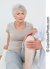 donna, dispiaciuto, lei, prendere, esaminati, ginocchio, anziano