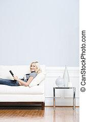 donna, divano, giovane, libro, lettura, dire bugie