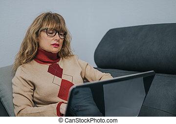 donna, divano, laptop
