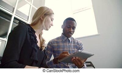 donna ed uomo, parlare, usando, tavoletta, in, moderno, ufficio.