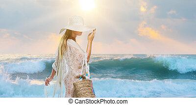 donna, elegante, camminare, spiaggia