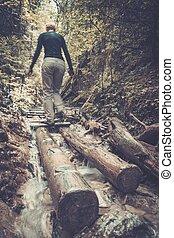 donna, escursionista, camminare, attraverso, fiume, foresta