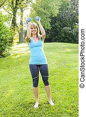 donna, esercitarsi, con, dumbbells