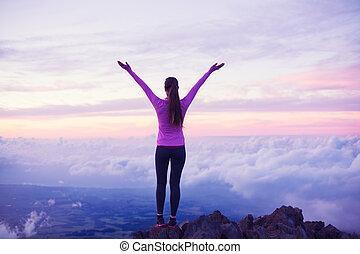 donna felice, escursionista, con, aprire bracci, a, tramonto, su, picco montagna