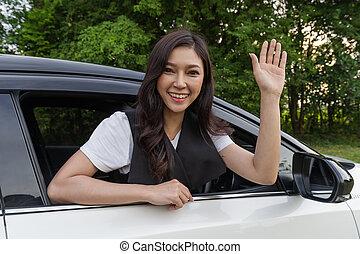 donna felice, finestra aperta, di, automobile, e, innalzamento, lei, mano