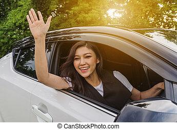 donna felice, finestra aperta, di, uno, automobile, e, innalzamento, lei, mano