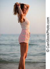 donna felice, godere, bello, tramonto, a, spiaggia