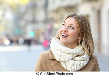 donna felice, guardando, lato, il, strada, in, inverno