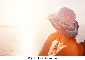 donna felice, in, cappello sole, godere, il, mare, vista., santorini, grecia