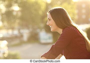 donna felice, osservare via, in, uno, balcone