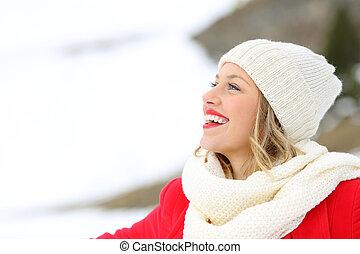 donna felice, osservare via, in, uno, montagna, in, inverno