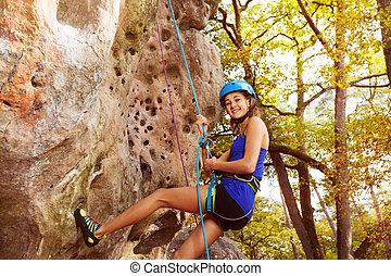 donna felice, rock scalando, in, foresta, zona