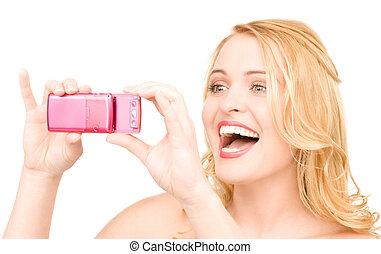 donna felice, usando, telefono, macchina fotografica
