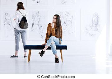 donna, galleria arte, contemplare