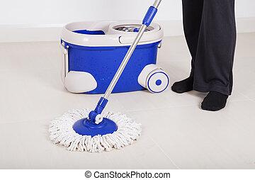 donna, gambe, con, pulire pavimento ed secchio, pulizia, pavimento