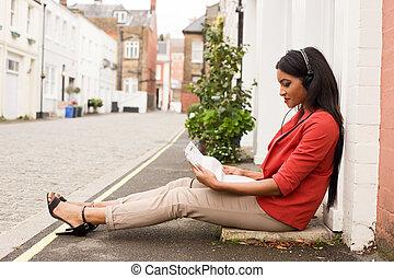donna, giovane, ascolto, musica lettura, giornale.