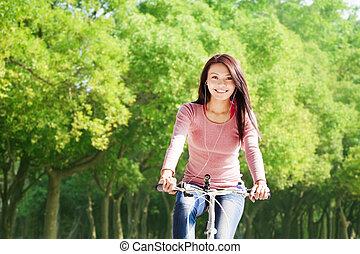 donna, giovane, bicicletta, ascoltare musica, sentiero per cavalcate