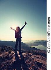 donna, giovane, braccia, escursionista, applauso, aperto, alba