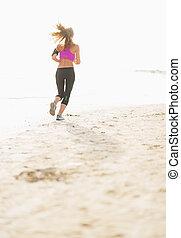 donna, giovane, correndo, idoneità, spiaggia, vista posteriore