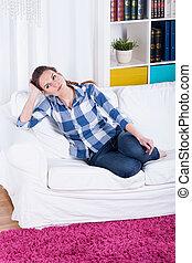 donna, giovane, divano, seduta