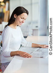 donna, giovane, giornale lettura, sorridente, caffè