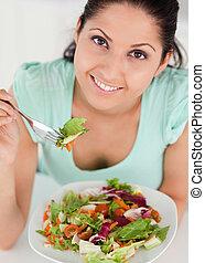 donna, giovane, insalata