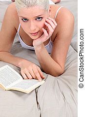 donna, giovane, letto, lettura