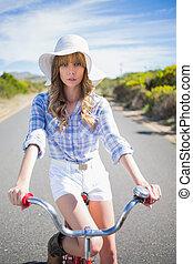 donna, giovane, mentre, bicicletta, proposta, misterioso, sentiero per cavalcate
