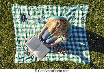 donna, giovane, parco, libro, sopra, visto, lettura