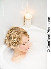 donna, giovane, rilassante, bagno
