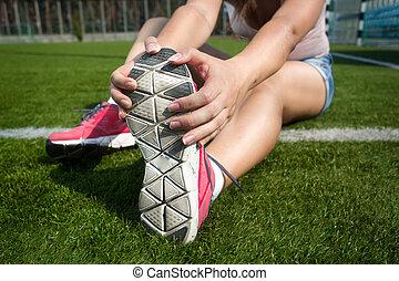 donna, giovane, su, correndo, erba, warming, prima